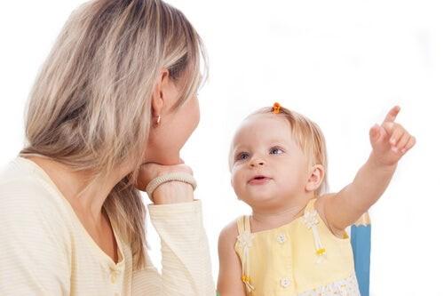 Kur duhet të fillojë të flasë fëmija dhe cilat janë fjalët e para që do të thotë